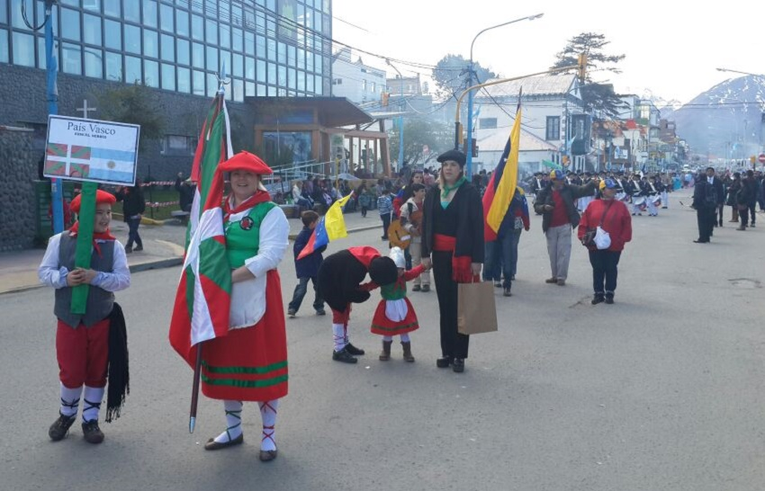 Representatives of the Basque community in Tierra del Fuego in the parade for the 132nd anniversary of the city of Ushuaia