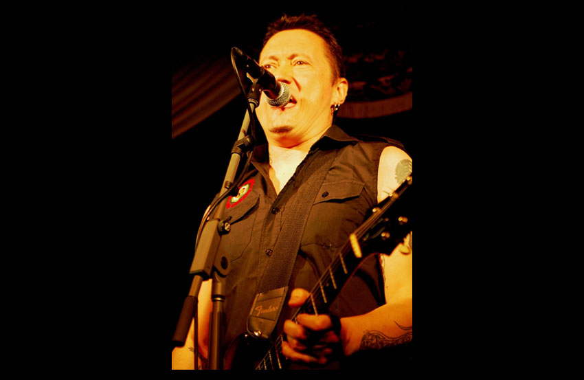 Fermin Muguruza tocando en la sala The Virgil de Los Angeles