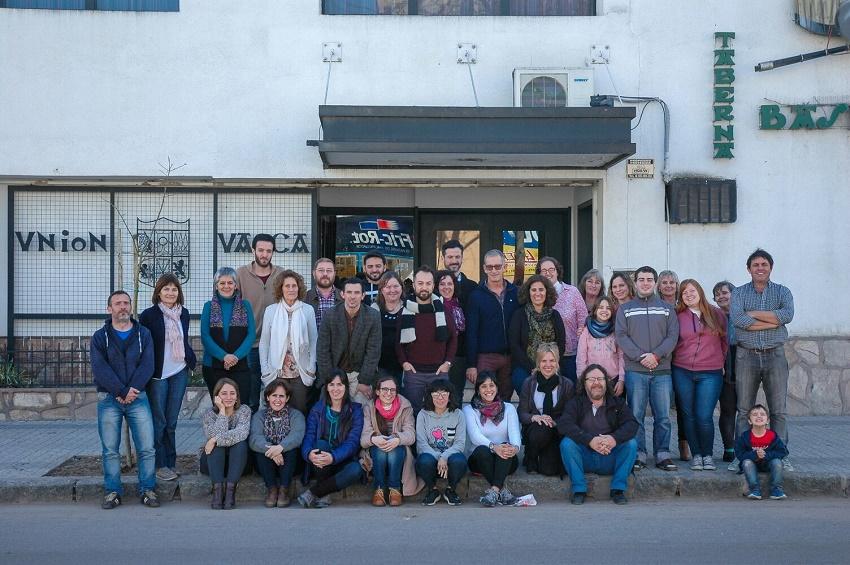 Alumnos y profesores del barnetegi de invierno de Euskara Munduan con integrantes del centro Unión Vasca