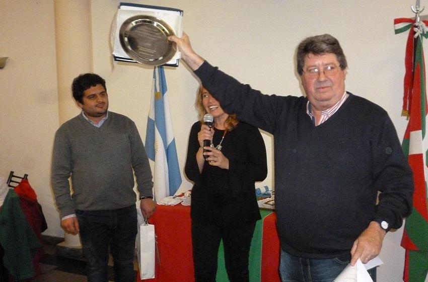 Club president, Bernardo Indaburu receiving the gift
