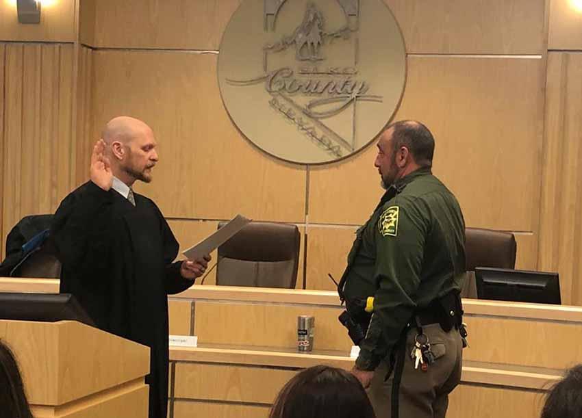 Aitor Narvaiza jurando su cargo este pasado lunes en Elko (foto Oficina del Sheriff de Elko, Nevada)