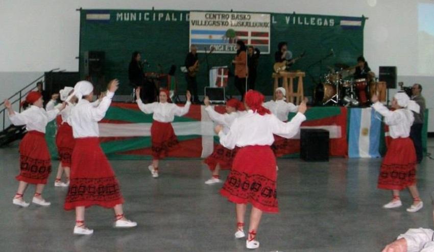 Villegas'ko Euskaldunak dancers celebrating San Fermin