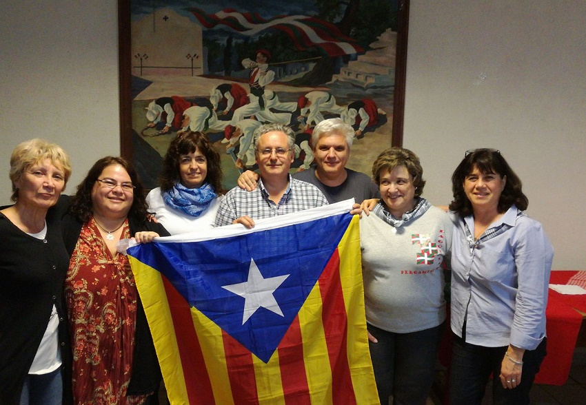 Representatives from various Basque Club gathered in Pergamino showed their support for the Catalan people