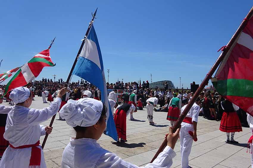 Igandeko dantzarien alardea Mar del Platako 2018ko Euskal Aste Nazionalean (irudiak EuskalKulotura.com)