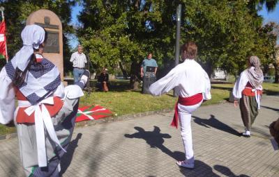 Aurreskua dantzatu zuten Montevideoko Eusko Indarrako dantzariek Guernica Plazan Bonbardaketaren 78. urteuirrenean (argazkia Uruguaiko Azken Berriak)