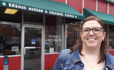Boiseko Euskal Museoko zuzendari Annie Gavica Museoaren aurrean, Boiseko Basque Block-en (argazkia EuskalKultura.com)