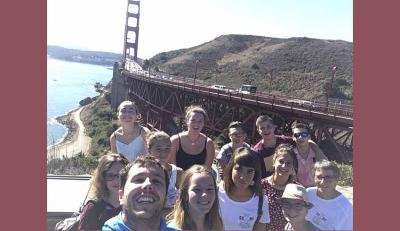 Ikasleak San Frantziskon, Golden Gate zubiaren bestaldean, selfie bat eginik