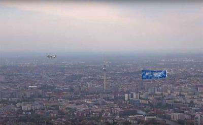 Gernikako zeruaren bannerra daraman hegazkina Berlingo epizentroa den Alexanderplatz gainetik pasatzen