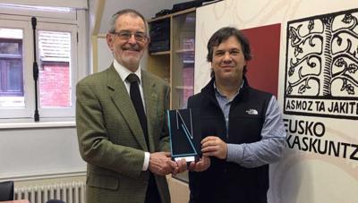 El presidente de Eusko Ikaskuntza Iñaki Dorronsoro entrega el ENE Saria a Xabier Irujo, director del Centro de Estudios Vascos de Reno