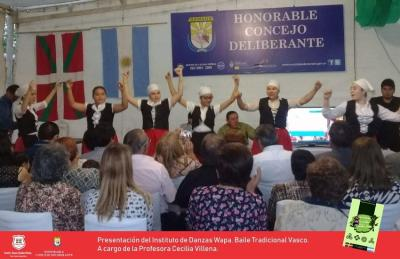 Eduardo Ochoaren 'Una Historia tras el Mito de los Duendes Vascos' liburuaren aurkezpeneko euskal dantzak