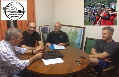 En nombre del Centro Vasco, Javier Clúa firma el acuerdo con la Asociación Flechas del Plata