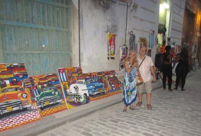 Norma Carrizo y Carlos Gabilondo paseando por las calles de La Habana
