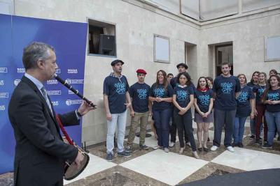 Jóvenes músicos participantes en Gaztemundu en Vitoria con el lehendakari Urkullu en una foto de archivo