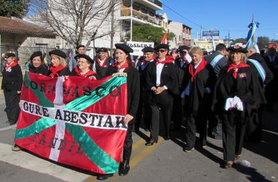 The Gure Abestiak Choir in the May 25th Parade in Tandil (photoEE)
