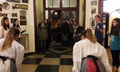 Necochekoa gazteek agurra dantzatuz errezibitu zituzten Euskal Herritik etorritako gazteak