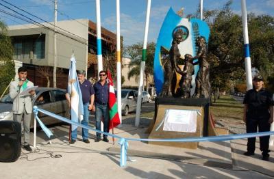 Raul Taretto eta Juan Itcea argentinar eta euskal ikurrekin General Rodriguez-ko Etorkinen Monumentuan