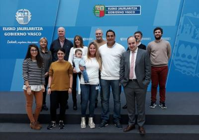President of Denak Bat, Asier Iriberri, and family pose with Gorka Alvarez Aranburu and his team during a visit to the Lehendakaritza