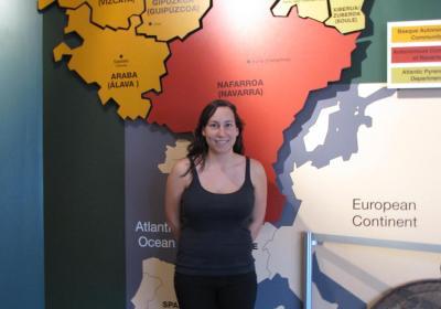 Itxaso Cayero Ugalde, Boiseko Euskal Museoko paneletako baten aurrean (argazkia EuskalKultura.com)