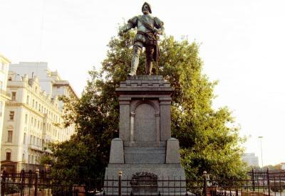 '11 de Junio de 1580' plazan dauden Juan de Garayren oroitarria eta Gernikako kimua (argazkia wikipedia)