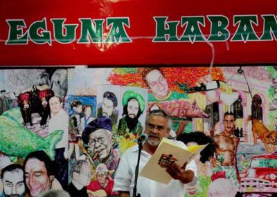 Renato Garcia Eguzquiza Habanako Euskal Etxearen aurreko ekitaldi batean