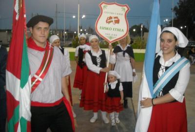 San Juango Eusko Etxea euskal etxeko kideak herriko Kultur Aniztasunaren Jaian