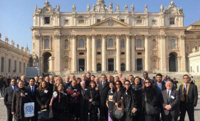 Delegación de las colectividades extranjeras argentinas frente al Vaticano (foto Infobae)