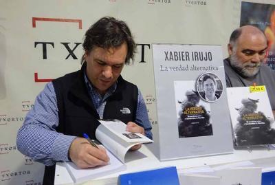 Historian Xabier Irujo Amezaga signing copies of his latest book (photoEuskalKultura.com)