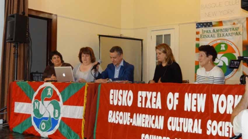 Urkullu New Yorkeko Eusko Etxean, euskal elkartearen Mendeurreneko ospakizunetan 2013an (arg. EuskalKultura.com)