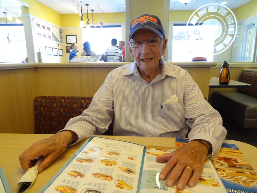 Ramon Ysursa (Boise, 1920-2015) died in Boise on January 20th, on his birthday. This picture was taken a year and a half ago, getting ready to order in one of his favorite Boise restaurants (photoEuskalKultura.com)