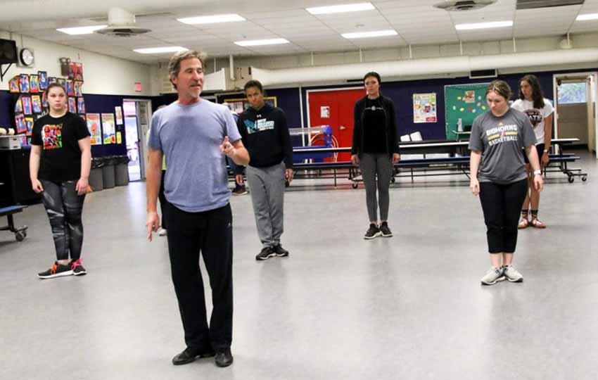 Jexux Larrea teaching Basque dance in Reno on May 8th (photo Dantzan.eus)