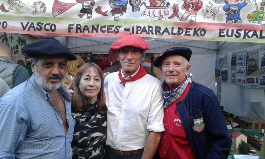 Iparraldeko Euskal Etxeko Kultur Azpibatzordeko kideen standa 2019ko BACen