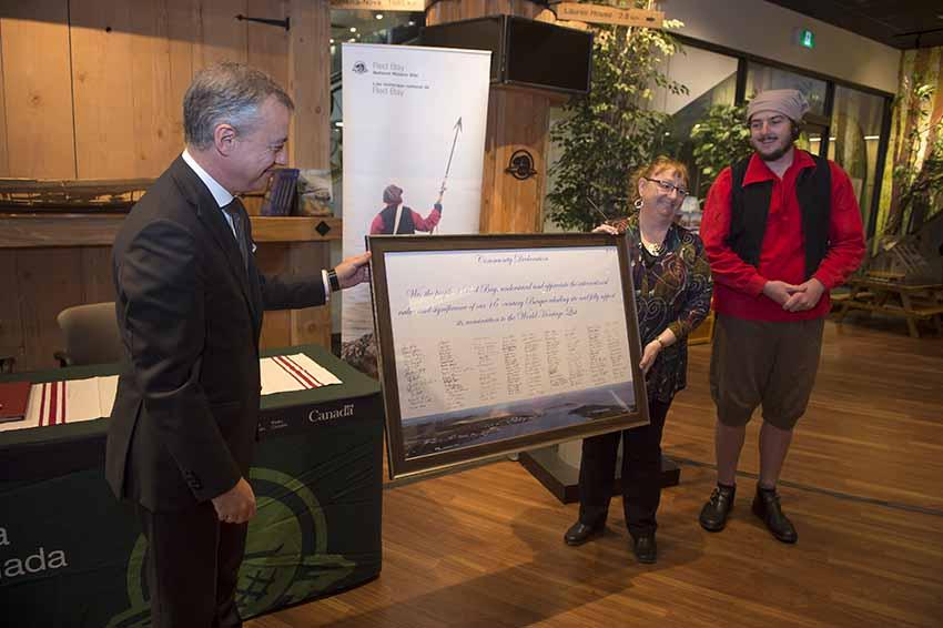 La alcaldesa de Red Bay entrega a Urkullu un documento con las firmas de sus habitantes proclamando con orgullo sus vínculos históricos con los vascos (foto Irekia-DV)