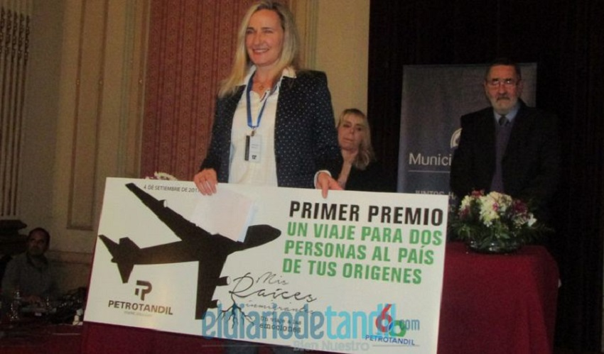 "Maria Valeria Aramburu receiving first prize for the ""My Immigrant Roots"" contest (photo Diario de Tandil)"