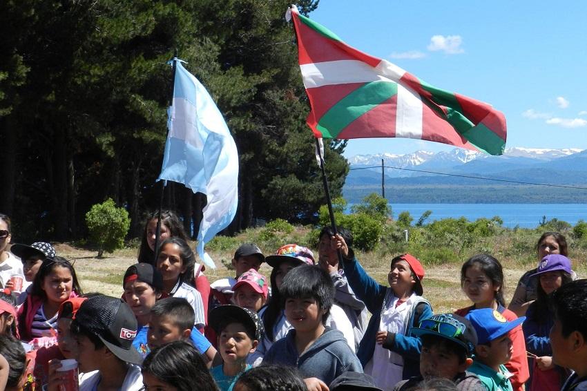 Niños y niñas del Colegio 'Aldea Infantil' en la Euskal Etxea