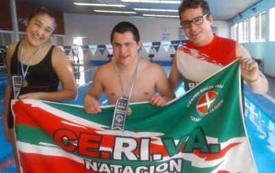 Los nadadores campeones del Euzko Txokoa junto al entrenador