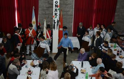 The 22nd anniversary of the Toki Eder Basque Club in Jose C. Paz: on the left Bizkaian soldiers along with the Aurreskularis and other dancers