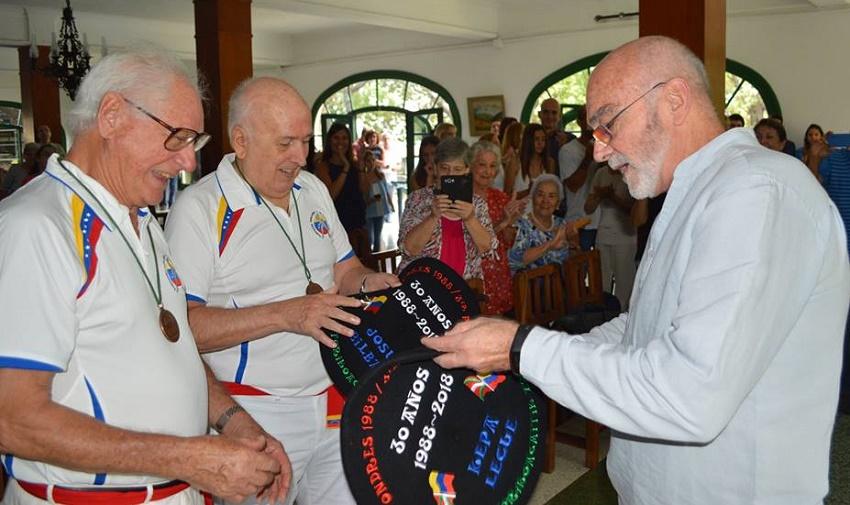 Josu Bilbao y Kepa Lekue recibieron sendas txapelas bordadas en el homenaje que les tributó Eusko Etxea de Caracas