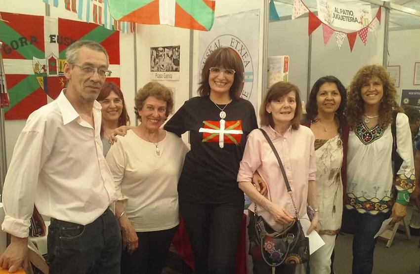 Integrantes de la Euskal Etxea del Comahue en la Feria del Libro de Centenario 2018