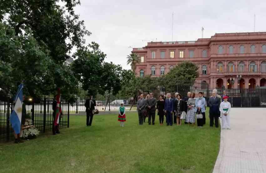Tree of Gernika near the Casa Rosada