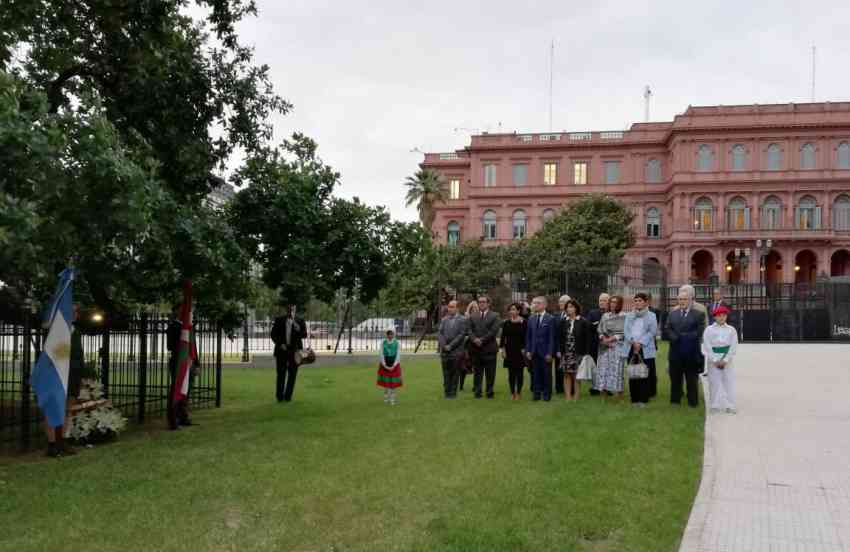Arbol de Gernika junto a la Casa Rosada