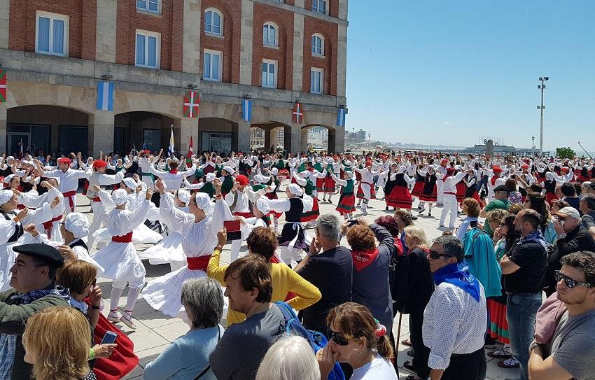 Bailes de plaza en la explanada del NH Provincial