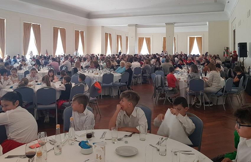 800 invitados