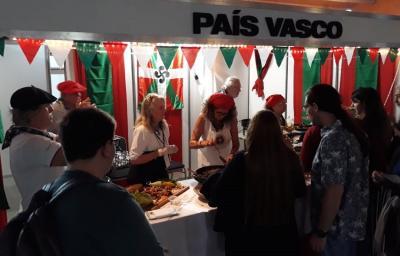 Stand vasco en la Feria de Colectividades de Neuquén