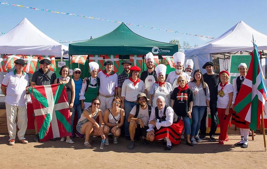 Integrantes y amigos del Centro Vasco Zelaiko Euskal Etxea en el segundo Encuentro de Colectividades Pampeanas