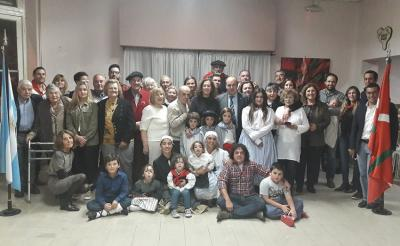 Gorka Alvarez and Sara Pagola with members of the Euskal Etxea in Olavarria