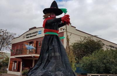 2019ko San Juan Eguna eta sorginen panpin erraldoiak Chivilcoyko Beti Aurrera Euskal Etxean