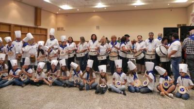 Last year in Necochea the Tamborrada was accompanied by the Municipal Band.  The Basque club children also participated by playing on wooden tablets that were given to them by the Gaztelubide Society from Donostia (photoNechocheaEE).
