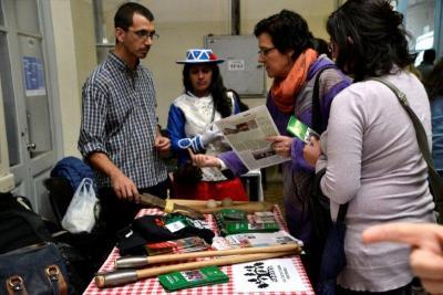 Aldaxkako kideak, tartean kantiniersa, euskal kulturaz informazioa banatzen Cultura Fest-en, hala nola Baionako Herria astekaria