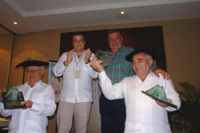 Jose Iraizoz and Juan Jose Echenique, champions, receiving their trophies from the organizers (photoMA Arrechea)