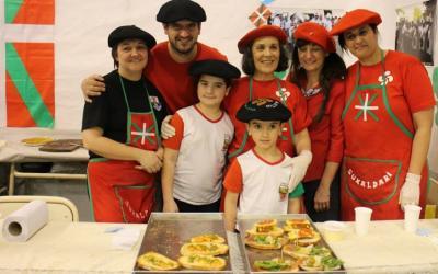Euskal standean euskal janariaz eta euskal kulturaz gozatu ahal izan ziren bisitariak Topaketa Multikulturalean